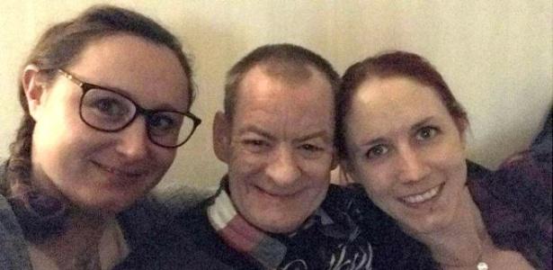 Jimmy Fraser com Annis Lindkvist (esq.) e Emma Ahlstrom (dir.) durante a viagem à Suécia