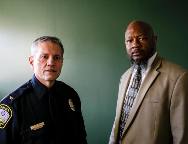 O chefe de polícia de LaGrange, Louis Dekmar (esq), e Ernest Ward, presidente do Naacp do condado de Troup, no departamento de polícia de LaGrange, na Geórgia (EUA) - Dustin Chambers/The New York Times