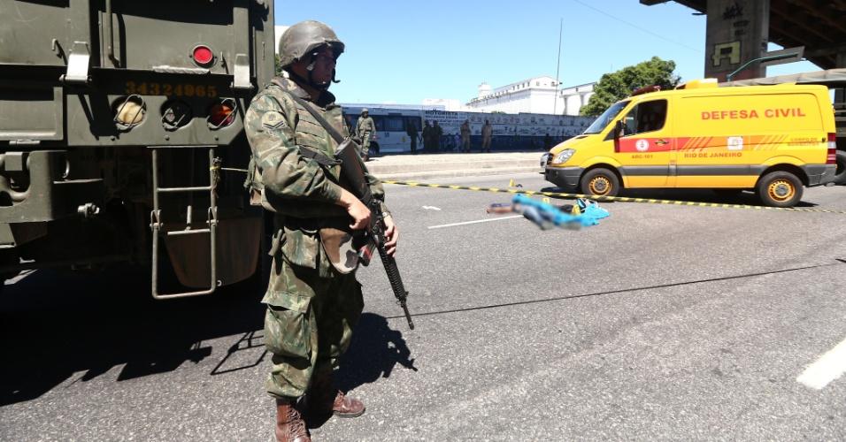 15.fev.2017 - Um homem suspeito de participar de um assalto foi morto em troca de tiros com fuzileiros navais na zona portuária do Rio de Janeiro. Dois suspeitos teriam tentado roubar uma moto na região e durante a fuga teriam trocado tiros com os militares. Um deles morreu