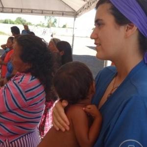Voluntária com criança venezuelana no Centro de Referência ao Imigrante