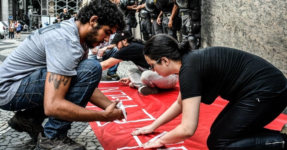 Estudantes pintam faixas durante ato contra a reforma da Previdência realizado no centro do Rio, em março de 2017