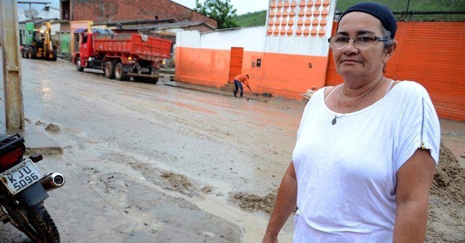 """31.mai.2017 - A funcionária pública Izabel Cristina, 53, mora em uma casa que tem como fundo o rio e não suporta mais a angústia das noites de inverno: """"Ninguém dorme nesta época do ano"""", diz, após rio transbordar e invadir residências em Jacuípe (AL)"""