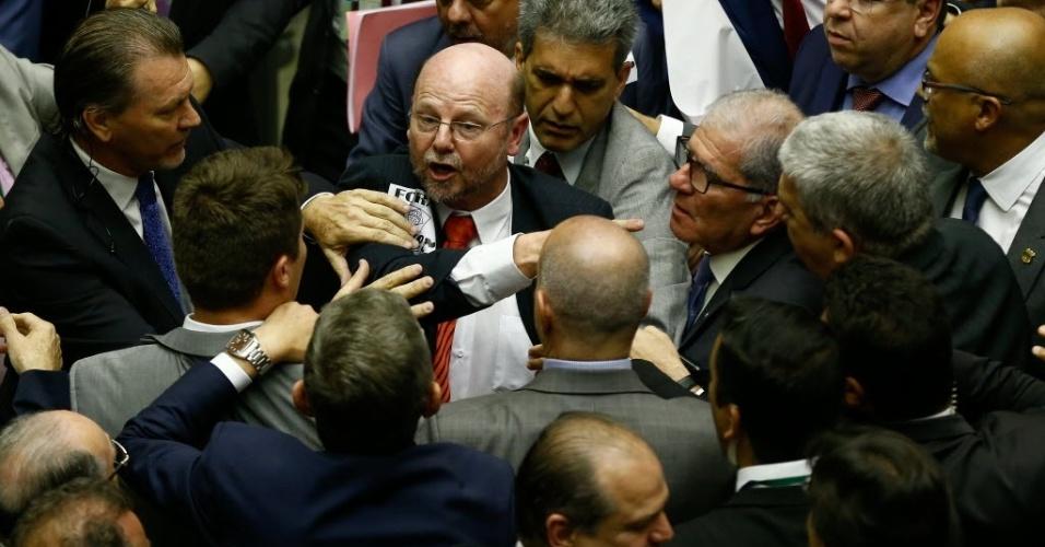 Deputados da oposição e da base do governo discutem e trocam empurrões no plenário. A confusão começou por conta do deputado Wladimir Costa (SD-PA), que estava com dois bonecos Pixuleco (que representa o ex presidente Lula com roupa de presidiário) provocando os deputados do PT