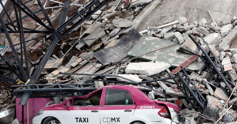 19.set.2017 - Prédio desaba sobre táxi na Cidade do México