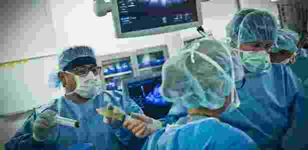 Dr. Michael Belfort (à dir,) e equipe realizam cirurgia em feto, ainda dentro do útero da mãe, que tem espinha bífida, em Houston, nos EUA - Beatrice de Gea/The New York Times - Beatrice de Gea/The New York Times