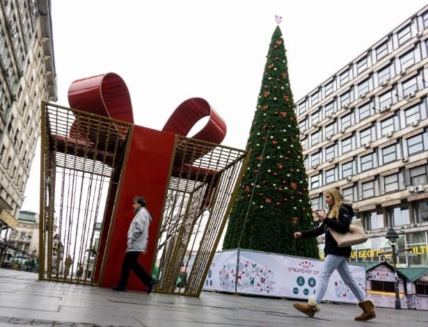 Pedestres passam por árvore de Natal no centro de Belgrado, na Sérvia