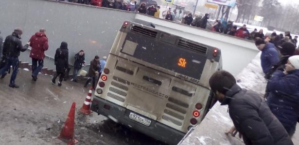 Ônibus sobe em calçada e bate na entrada de estação de metrô em Moscou