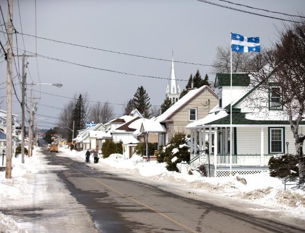 Bandeiras do Quebec são hasteadas na rua principal de Hérouxville
