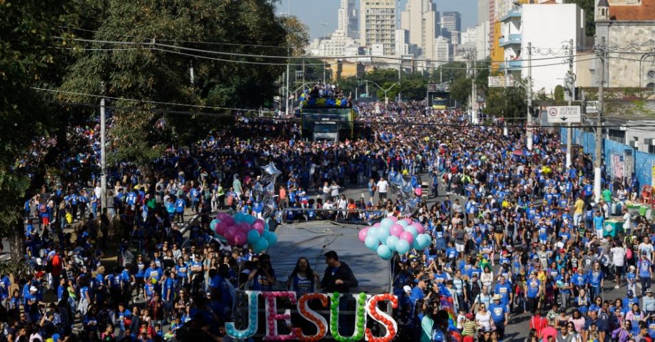 31.mai.2018 - Movimentação de fieis durante 26ª Marcha para Jesus em São Paulo