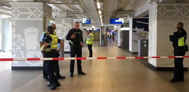 31.ago.2018 - Policiais monitoram área da estação central de Amsterdã após o ataque - Germain MOYON / AFP