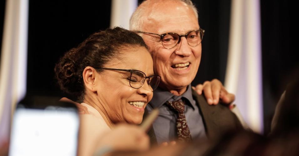 Marina Silva (Rede) posa com Eduardo Suplicy (PT), a quem teceu elogios durante o debate pela honestidade, diferentemente de outros do partido
