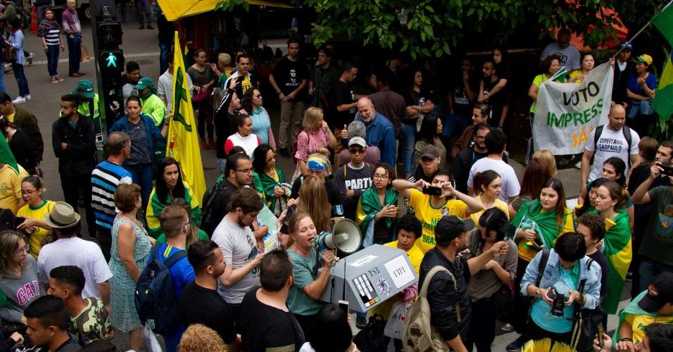 14.out.2018 - Apoiadores do candidato Jair Bolsonaro (PSL) levam urna em ato em São Paulo. Eles protestam contra o voto em urnas eletrônicas, na avenida Paulista, na tarde deste domingo (14). Um grupo de apoiadores do candidato Fernando Haddad (PT) também se manifesta do outro lado da avenida