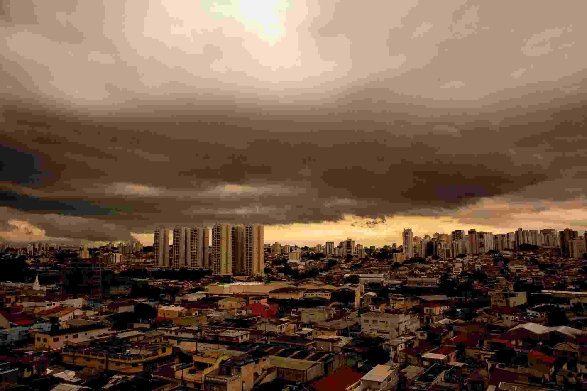 23.nov.2018 - Nuvens de chuva são vistas sobre o bairro do Jabaquara, na zona sul de São Paulo na tarde dessa sexta-feira (23) - LÉO PINHEIRO/ESTADÃO CONTEÚDO
