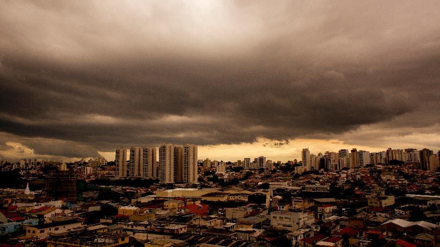 23.nov.2018 - Nuvens de chuva são vistas sobre o bairro do Jabaquara, na zona sul de São Paulo na tarde de sexta-feira (23) - LÉO PINHEIRO/ESTADÃO CONTEÚDO