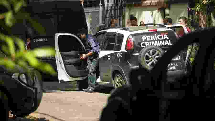 Agentes da Polícia Civil fazem perícia em cena de crime; Rio de Janeiro tem pior taxa de homicídios solucionados  - Brenno Carvalho/Agência O Globo
