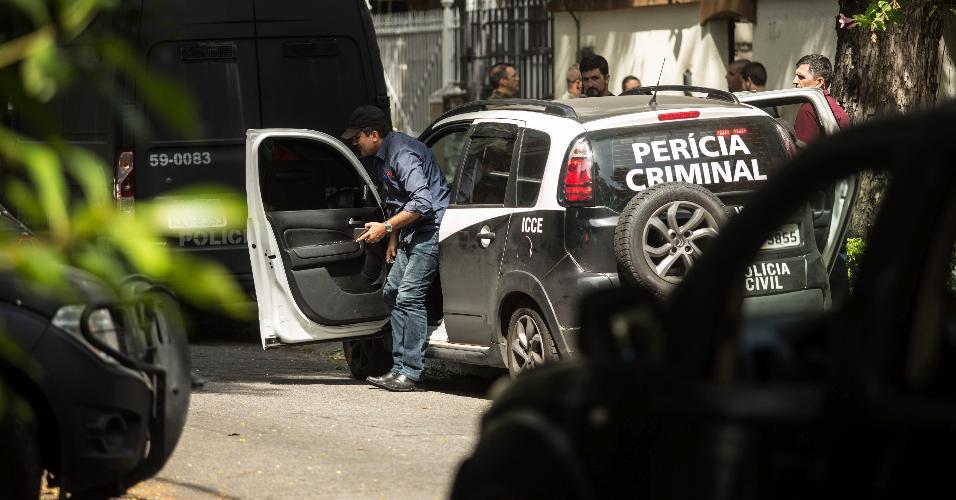 Policiais fazem perícia na casa em que o policial Ricardo Moraes Costa fez a família refém, antes de se suicidar