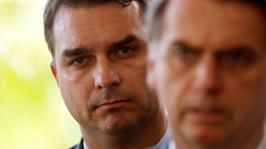 Flávio e Jair Bolsonaro durante pronunciamento do presidente - Adriano Machado/Reuters