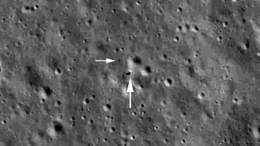 """Visão aérea do local de pouso da Chang""""e 4; sonda está um pouco além da ponta da seta grande, e o veículo na ponta da seta pequena. A imagem abrange 850 metros de diâmetro - NASA/GSFC/Arizona State University"""
