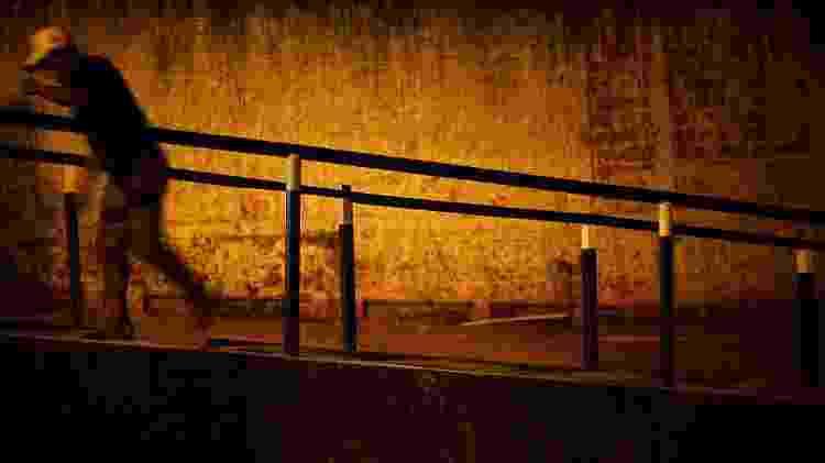 Entrada do Papoco tem ponto de venda de drogas; região é controlada pela facção Comando Vermelho - 26.abr.2011 - Daniel Marenco/Folhapress