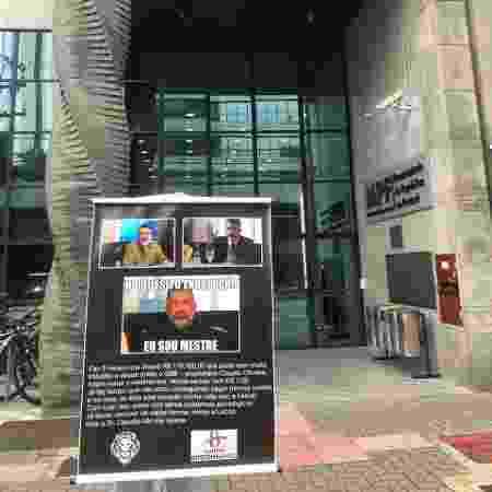 Cartaz exposto pela vítima em frente à Procuradoria da República no Paraná - Lucas Gabriel Marins/UOL