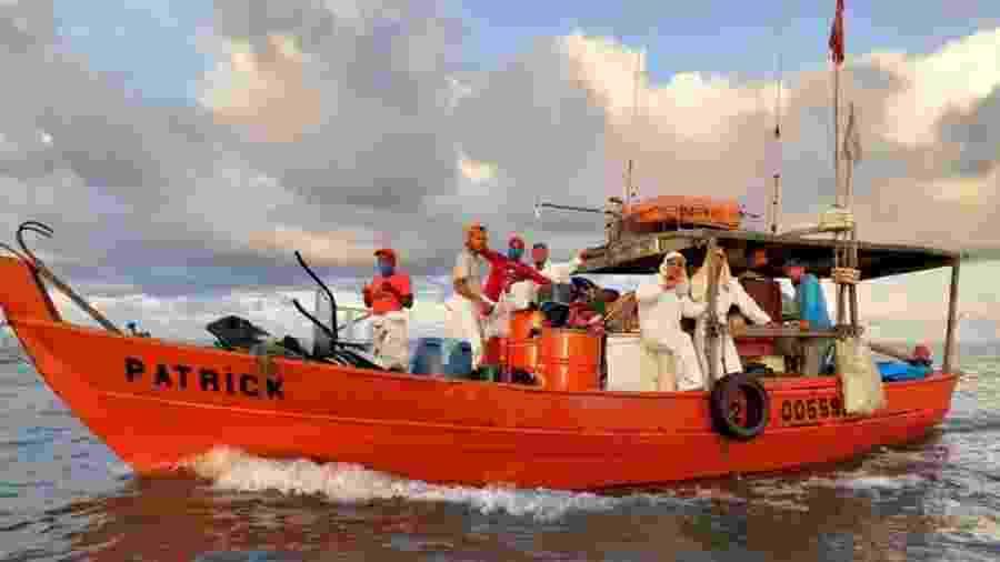 Pescadores têm se utilizado de um manual para orientar ações de retirada de óleo do mar - BBC
