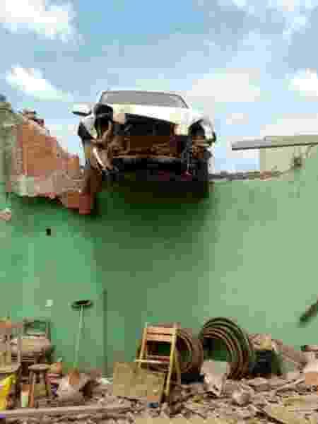 O carro ficou preso no muro de casa em Vicente Pires, no DF - Divulgação / Defesa Civil