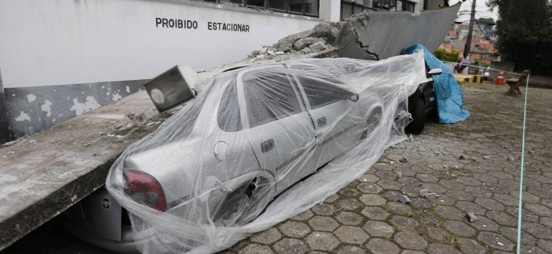 Viatura descaracterizada da Polícia Civil atingida por marquise do 68º DP, que despencou - 16.abr.2019 - Rivaldo Gomes/Folhapress