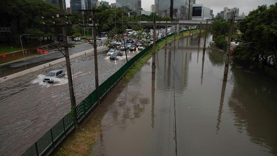 Marginal Pinheiros, na altura da ponte Cidade Jardim, travada após forte chuva atingir São Paulo - 10.fev.2020 - Bruno Rocha/Fotoarena/Estadão Conteúdo