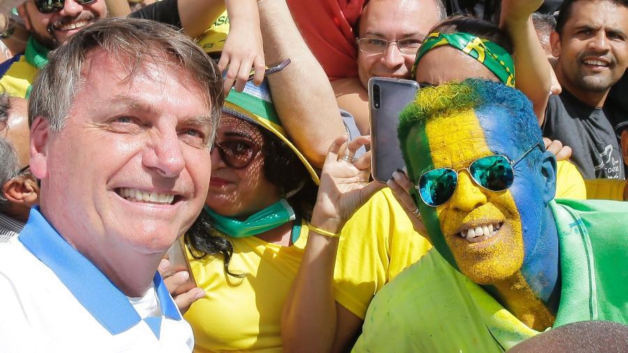 15.mar.2020 - Mesmo em meio à pandemia, presidente Jair Bolsonaro (sem partido) fura isolamento para cumprimentar apoiadores - Dida Sampaio/Estadão Conteúdo