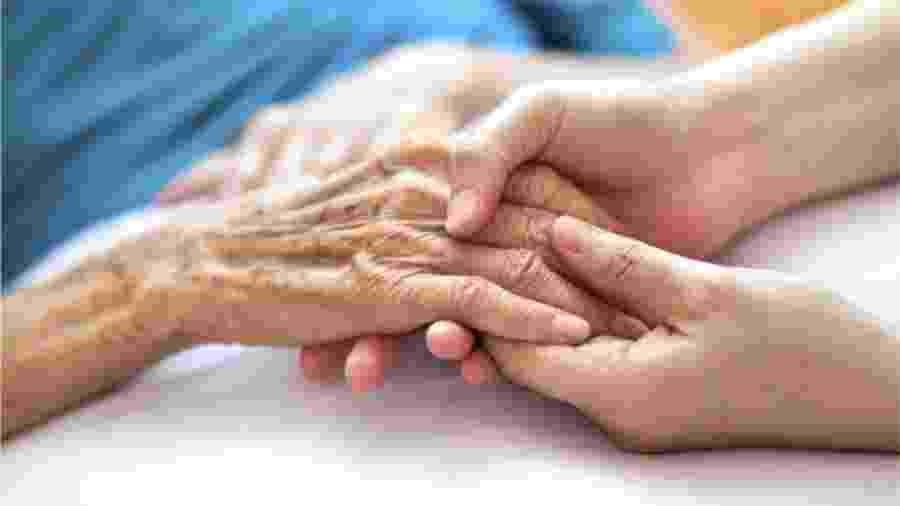 """Há correlação positiva entre letalidade da doença e probabilidade do idoso viver com mais gente em seu domicílio"""", diz Simone Wajnman, pesquisadora do CEDEPLAR da UFMG - Getty Images"""