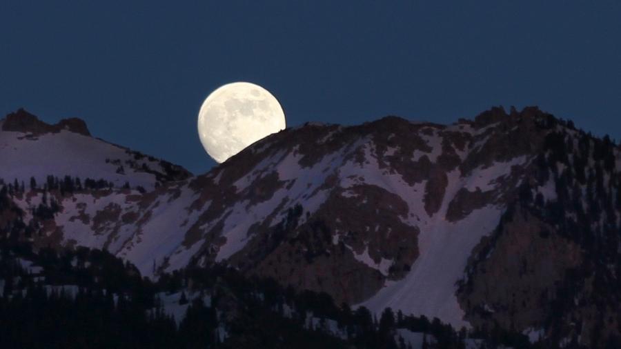 """Termo """"superlua rosa"""" se popularizou, mas não deve mostrar nada de diferente de uma lua cheia - NASA/Bill Dunford"""