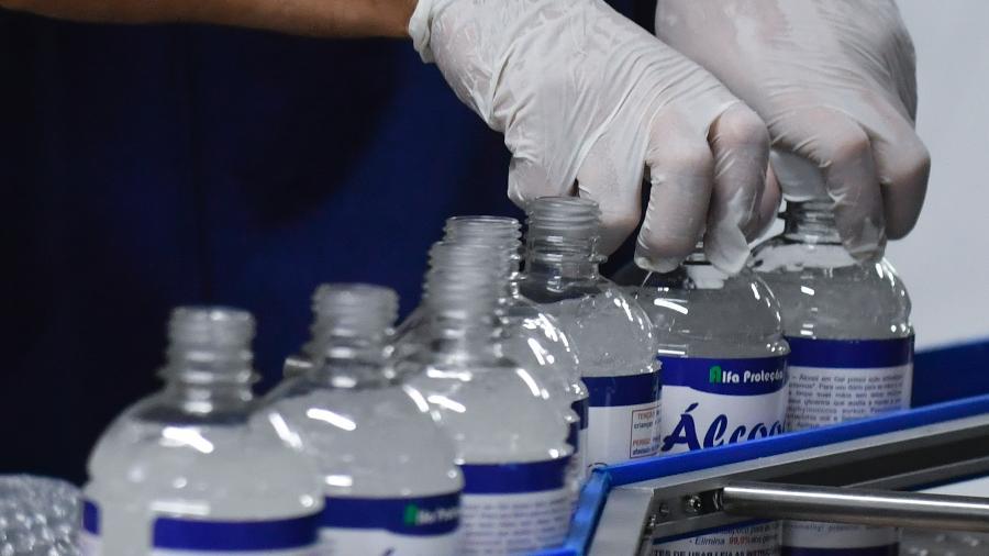 Álcool em gel e luvas são utilizados como forma de prevenção do novo coronavírus - Mateus Bonomi/Agif/Estadão Conteúdo