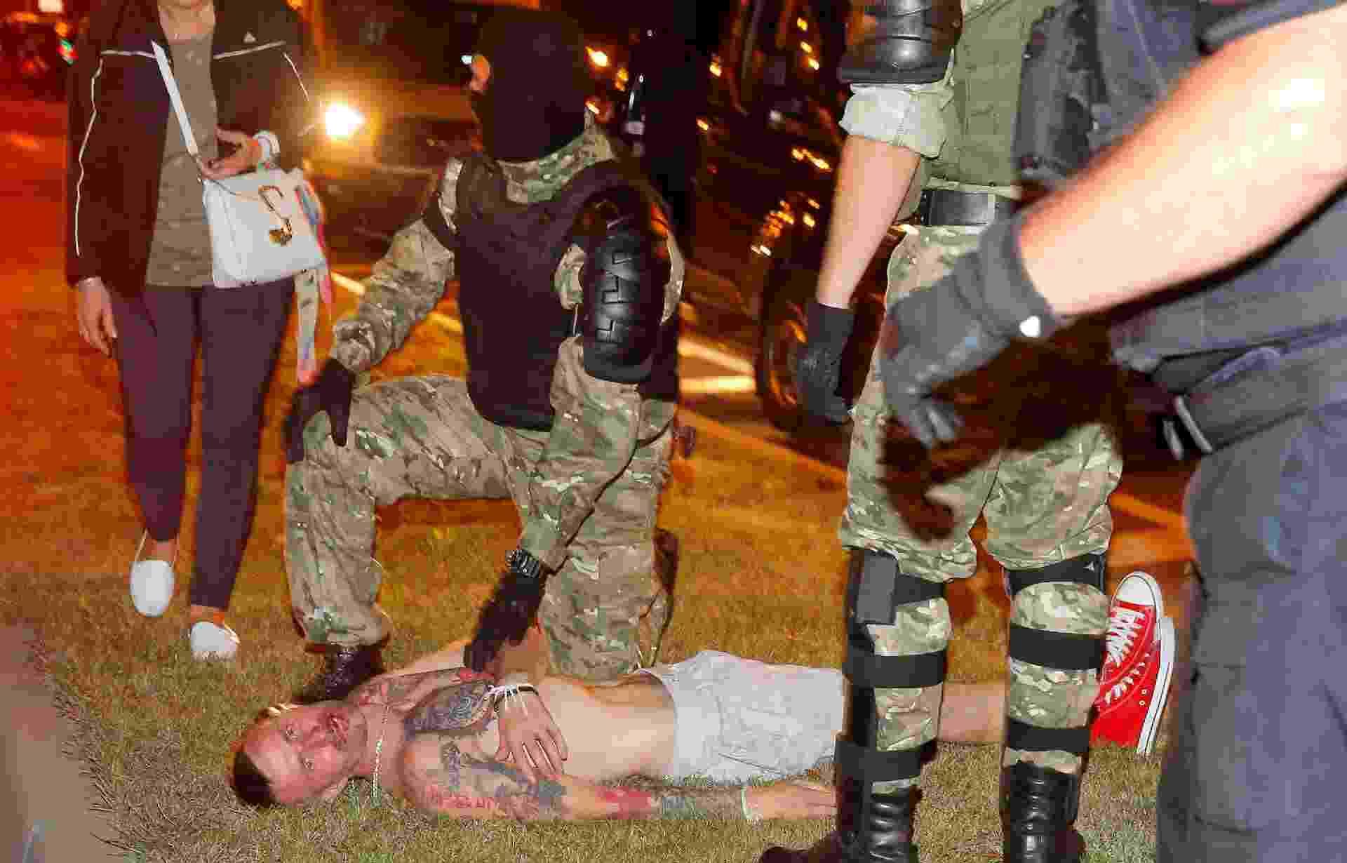 Um homem ficou ferido durante o protesto nas ruas de Minsk - Vasily Fedosenko/Reuters