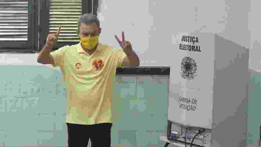 O candidato à prefeitura de Fortaleza (CE), Sr. Sarto Nogueira (PDT) chega na APAE da Av. Rogaciano Leite na manhã deste domingo (29) para votar. Acompanhado do governador Camilo Santana e o atual prefeito Roberto Cláudio. Sarto Nogueira aparece em 1° lugar na pesquisa para a prefeitura de Fortaleza.   - CAIO ROCHA/FRAMEPHOTO/ESTADÃO CONTEÚDO