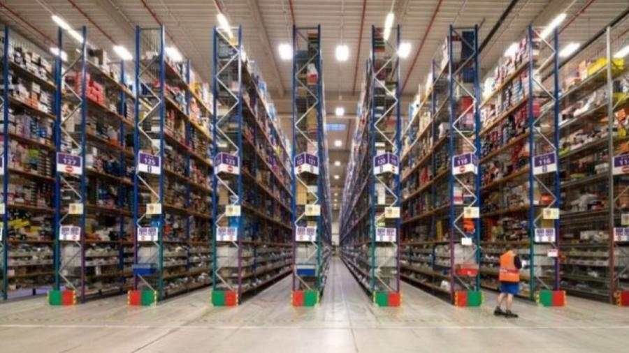Imagem de centro de distribuição da Amazon - GETTY IMAGES