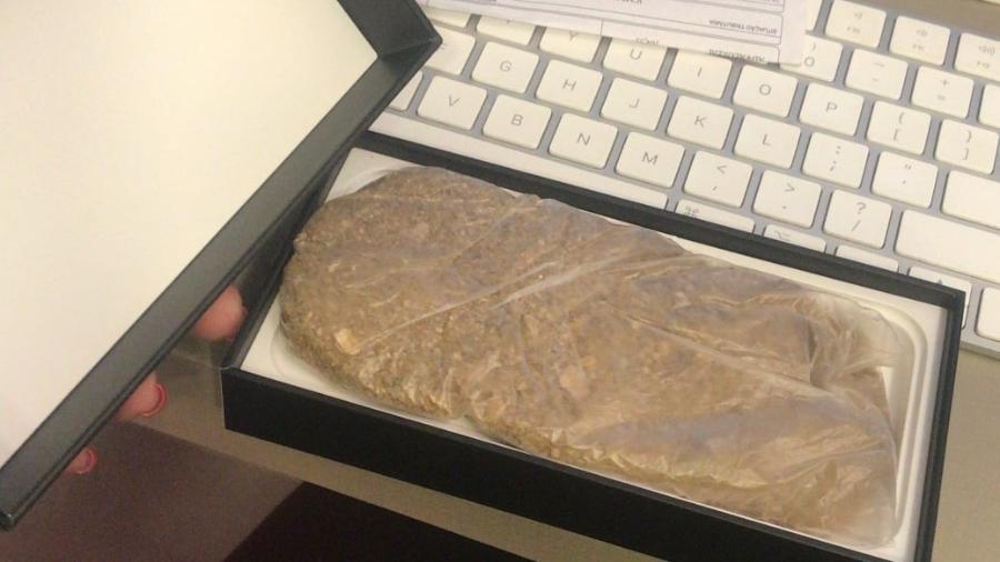 Publicitária Lilian Estevanato exibe caixa de iPhone 12 Pro com saco de areia dentro - Arquivo pessoal
