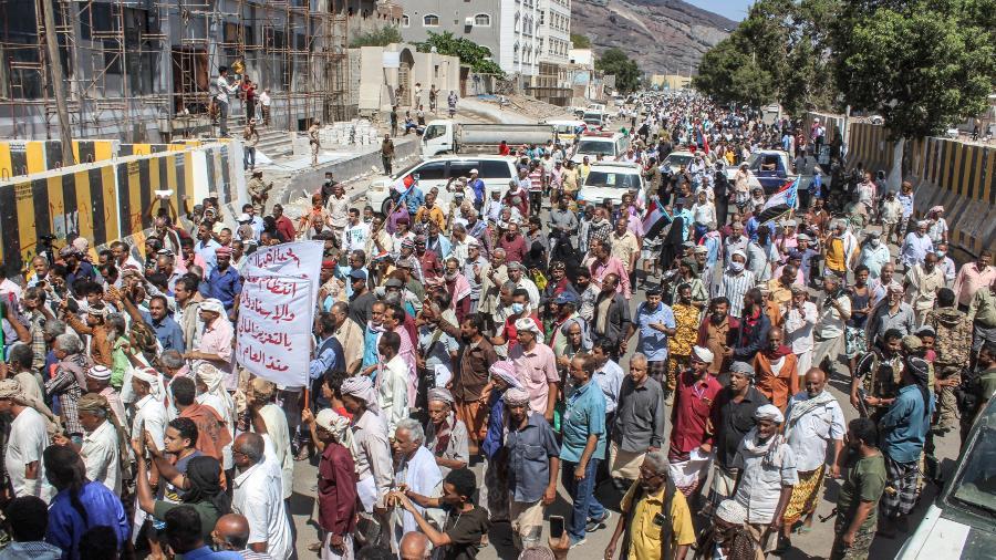 16.mar.2021 - Manifestantes protestam em Adén, no Iêmen, contra as más condições de vida e contra a desvalorização da moeda  - Saleh Al-OBEIDI / AFP