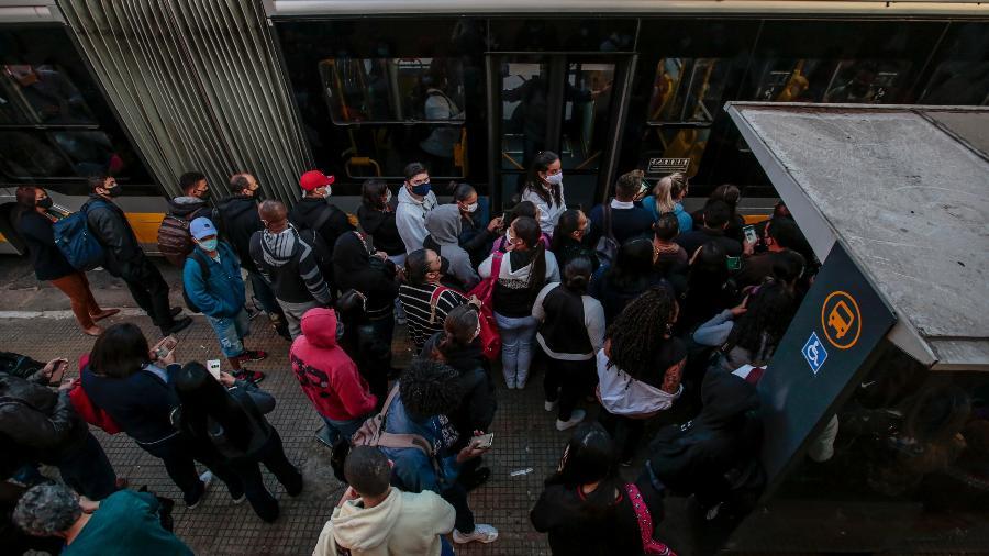 Movimentação em ponto de ônibus próximo à estação da Luz do metrô - SUAMY BEYDOUN/AGIF/ESTADÃO CONTEÚDO