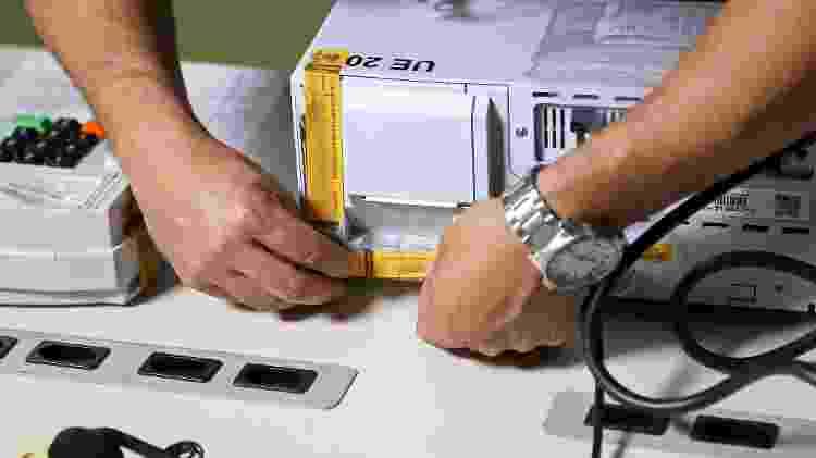 Servidor do TRE-AM lacra urna eletrônica para votação nas eleições suplementares do Amazonas, em 2017 - Roberto Jayme/Ascom/TSE - Roberto Jayme/Ascom/TSE