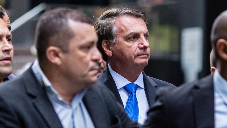 O presidente Jair Bolsonaro caminha fora do hotel em Nova York; ele fará discurso de abertura da Assembleia Geral da ONU - Stefan Jeremiah/Reuters
