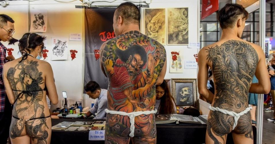 24.out.2015 - Participantes de uma competição de tatuagem posam para foto durante Convenção de Tatoo em Nanning, na China, neste sábado (24). Em 2015, a convenção anual acontece entre os dias 23 e 25 de outubro