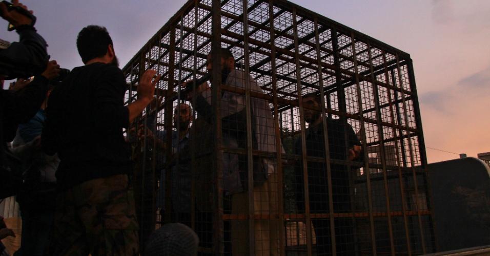 5.nov.2015 - Em imagem de arquivo do último dia 31 de outubro, sírios são colocados em jaula em Douma, maior reduto dos grupos rebeldes na periferia de Damasco. Relato da Human Rights Watch (HRW) desta quinta-feira afirma que o grupo Jaish al-Islam usa dezenas de detidos da religião alauíta (do ditador Bashar al-Assad) em gaiolas de metal como