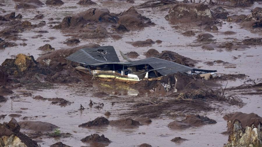 6.nov.2015 - O rompimento da barragem da mineradora Samarco Fundão, em Bento Rodrigues, distrito de Mariana (MG), causou forte enxurrada que atingiu casas vizinhas - Douglas Magno/AFP