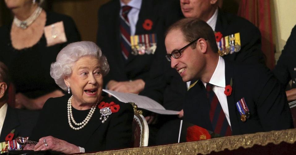 7.nov.2015 - A rainha Elizabeth 2ª e o príncipe William conversam durante o Festival Anual da Memória, em Londres, no Reino Unido