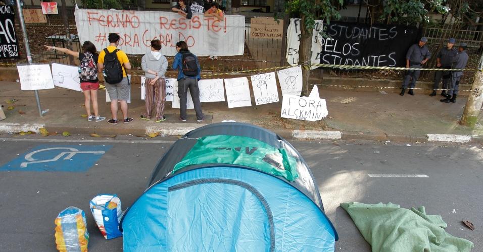 12.nov.2015 - Ocupação de estudantes na Escola Estadual Fernão Dias, na zona oeste de São Paulo, entra no terceiro dia. Os manifestantes são contra o processo de reorganização da rede, que terá o fechamento de 94 escolas, anunciado pela Secretaria de Educação. Ontem, o Governo do Estado pediu a reintegração de posse do prédio