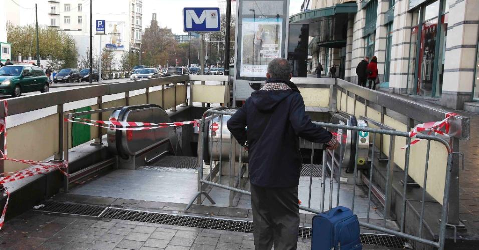21.nov.2015 - Homem observa uma estação fechada do metrô de Bruxelas, na Bélgica, neste sábado (21). O serviço de transporte foi suspenso em razão do alerta máximo sobre a possibilidade de ataques terroristas no país
