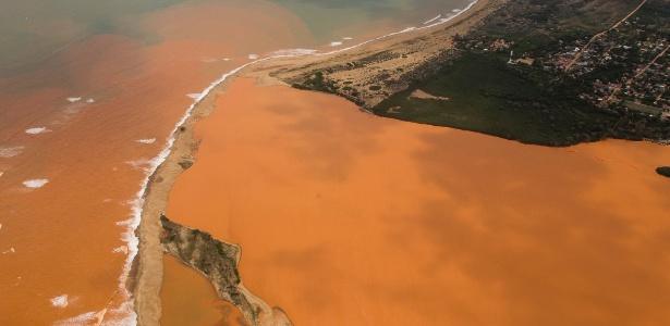 Lama da barragem da Samarco chega à foz do rio Doce, no Espírito Santo
