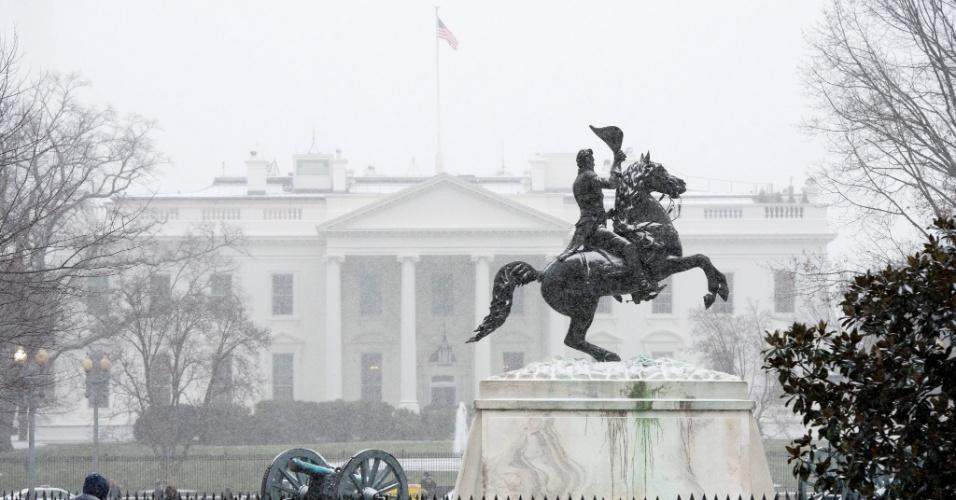 22.jan.2016 - A Casa Branca, em Washington (Estados Unidos), começou a ficar ainda mais branca. A neve de uma tempestade que promete ser histórica já começou a cair no terreno ocupado atualmente pela família Obama. Neste fim de semana, é esperada uma intensa nevasca na região entre o centro e o oceano Atlântico que pode ultrapassar recordes