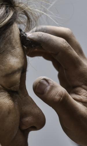10.fev.2016 - Católica recebe cinzas na testa, em formato de cruz, na Quarta-Feira de Cinzas durante cerimônia que marca o início da Quaresma, em Bogotá (Colômbia). A Quaresma é um período de penitência vivido por cristãos católicos em preparação para a Semana Santa