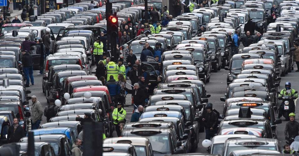 10.fev.2016 - Taxistas enfileiram seus carros em via pública no centro de Londres, na Inglaterra, durante protesto contra o aplicativo Uber